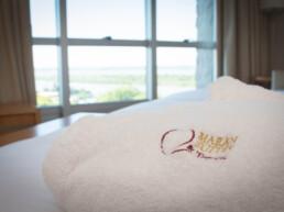 Hotel Maran Suites & Towers habitación premium toalla y cama