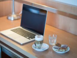 Hotel Maran Suites & Towers habitación premium escritorio y café