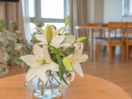 Hotel Maran Suites & Towers habitación suite panorámica decoración de flores