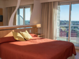 Hotel Maran Suites & Towers habitación ejecutiva cama y balcón