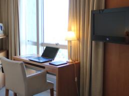 Hotel Maran Suites & Towers habitación ejecutiva notebook y escritorio